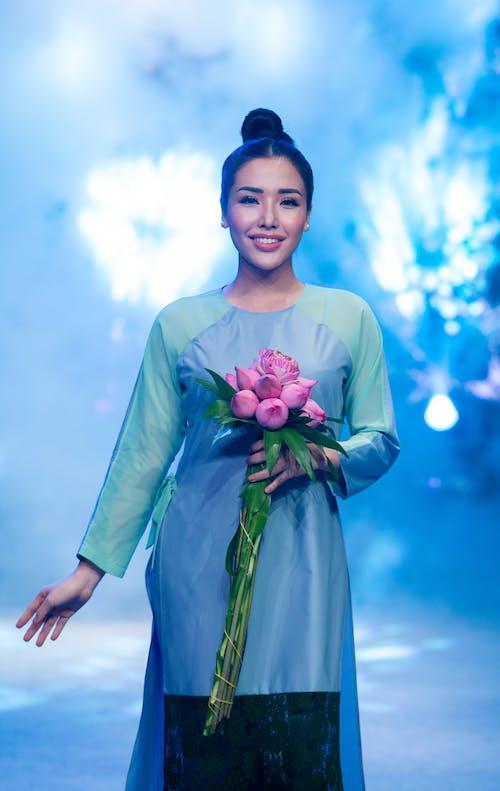 Бесплатное стоковое фото с Азиатская девушка, красивые цветы, мода