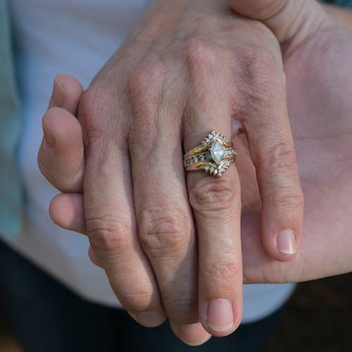 Darmowe zdjęcie z galerii z pierścień, pierścionek, ręce