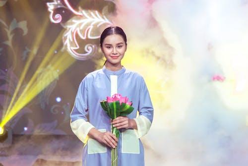 asyalı kız, güzel çiçekler, moda içeren Ücretsiz stok fotoğraf