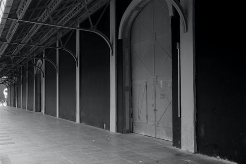 Gratis arkivbilde med brygger, dør, svart-hvitt