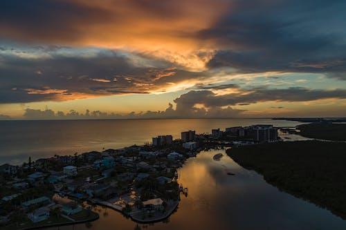 akşam, binalar, deniz, deniz kıyısı içeren Ücretsiz stok fotoğraf