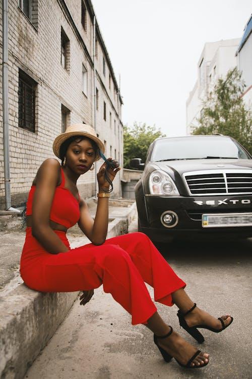 Gratis stockfoto met auto, buiten, daglicht, dame
