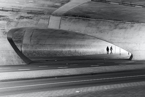 insanlar, kaldırım, mimari, siyah ve beyaz içeren Ücretsiz stok fotoğraf