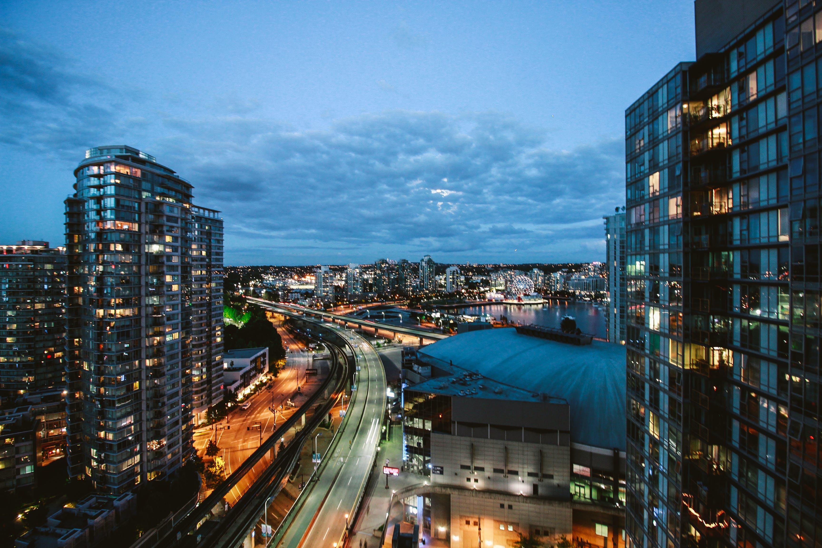 Δωρεάν στοκ φωτογραφιών με απόγευμα, αρχιτεκτονική, αστικός, αυτοκινητόδρομος