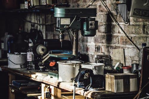 Foto profissional grátis de bancada de trabalho, broca, desordem, ferramentas