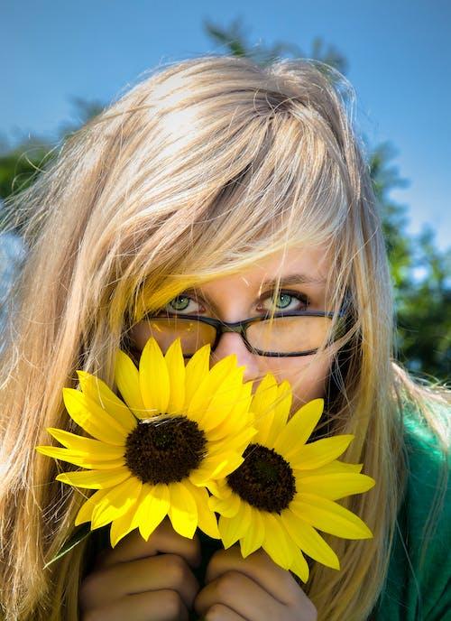 Бесплатное стоковое фото с глаза, девочка, подсолнухи