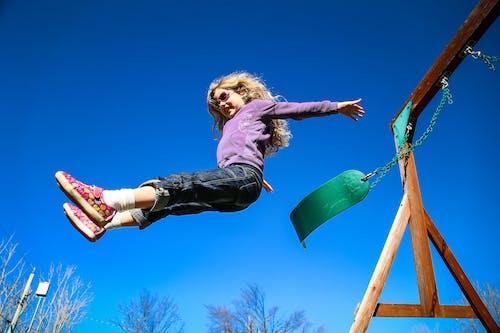 Бесплатное стоковое фото с девочка, качели, летающий, спрыгнуть с качелей