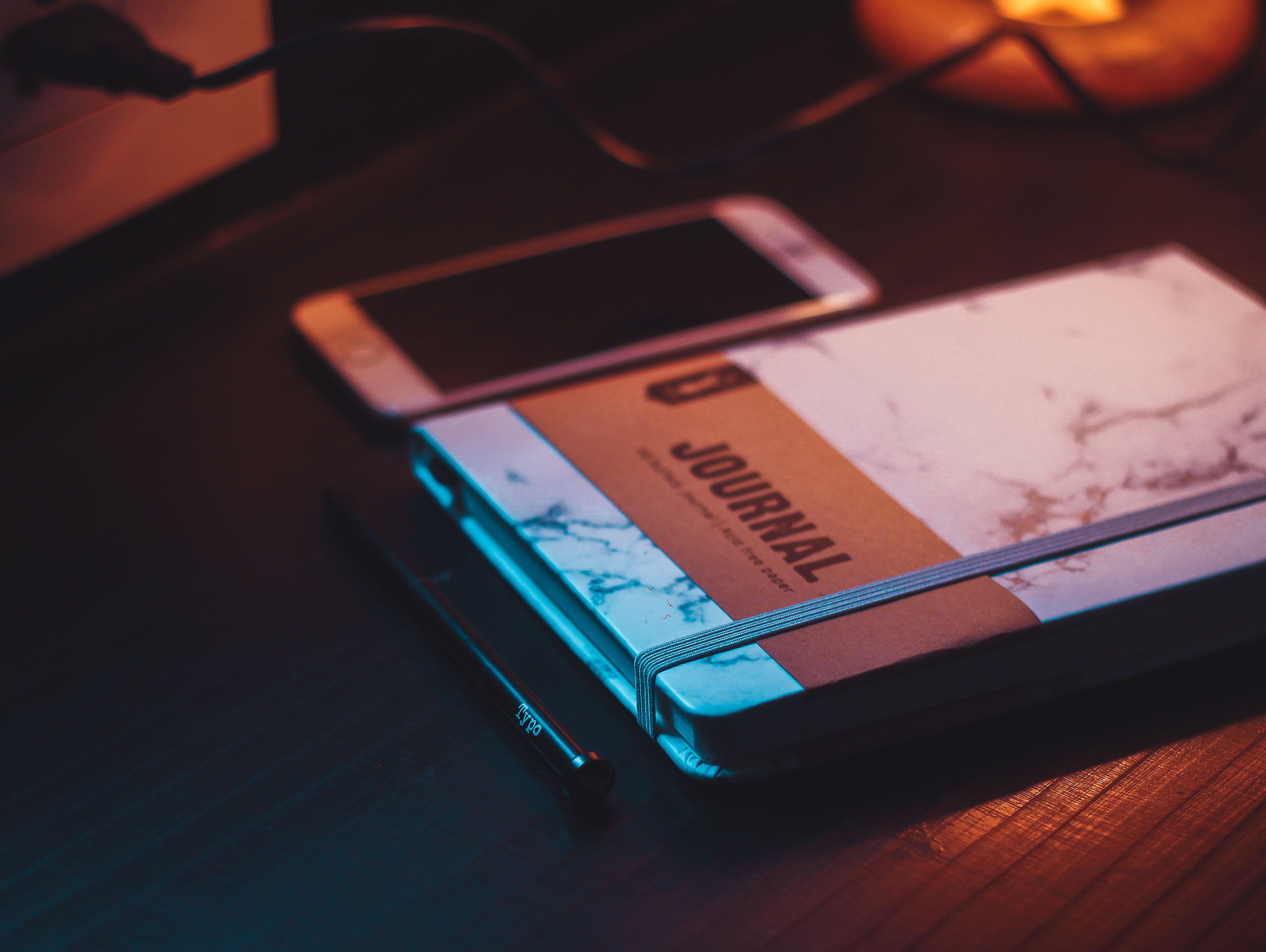 Gratis arkivbilde med elektronikk, iphone, journal, lys