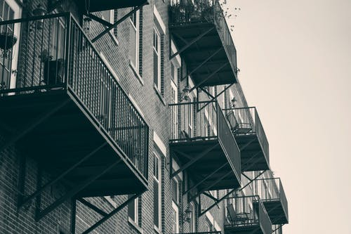 Fotos de stock gratuitas de apartamentos, arquitectura, balcones, blanco y negro