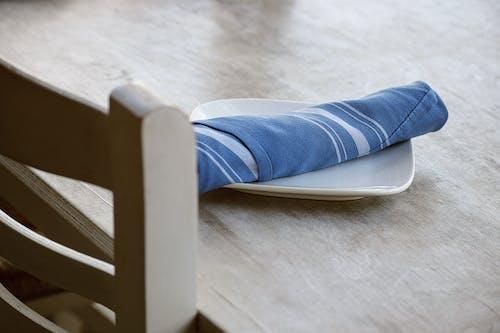 ahşap, iskemle, masa düzeni, masa peçetesi içeren Ücretsiz stok fotoğraf