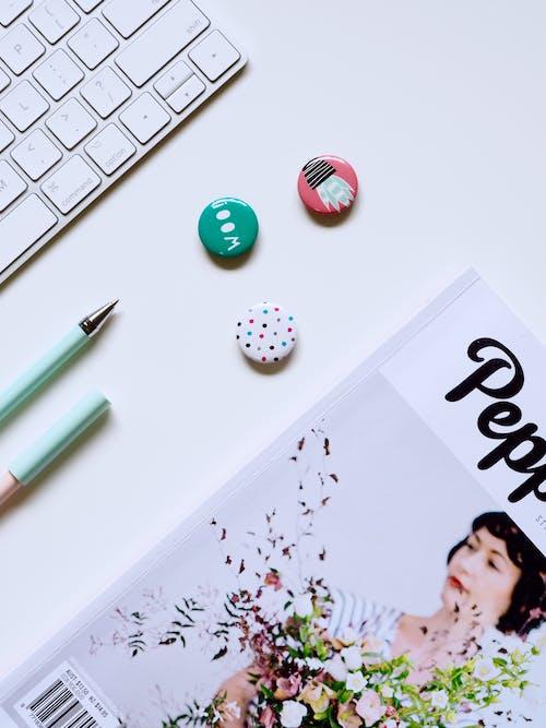 Beyaz arka plan, butonlar, çağdaş, dergi içeren Ücretsiz stok fotoğraf