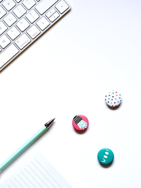 білий фон, ґудзики, клавіатура