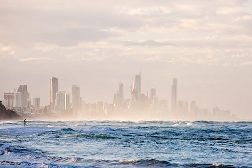 คลังภาพถ่ายฟรี ของ ชายหาด, ตึก, ตึกระฟ้า, ทะเล