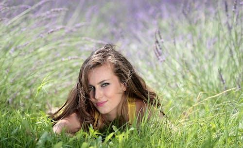 Photos gratuites de femme, herbe, individu, magnifique