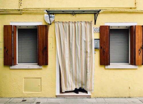 Gratis lagerfoto af facade, farver, gardin, vinduer
