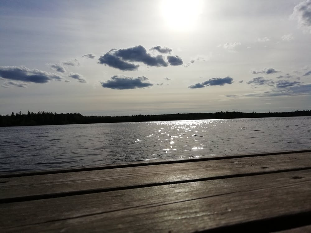 slunce, voda, zamračená obloha