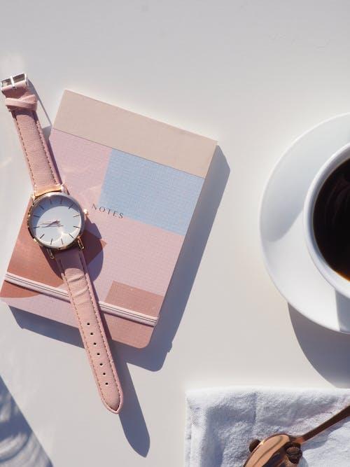 Analog kol saati, arka fon, basit, beyaz boşluk içeren Ücretsiz stok fotoğraf
