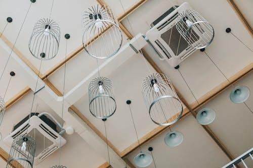 Fotografie Vanuit Een Lage Hoek Van Hangende Lampen Die Aan Het Plafond Hangen