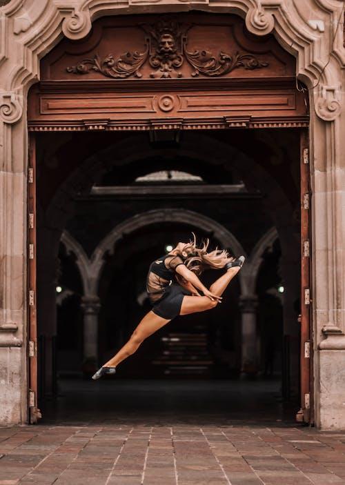 คลังภาพถ่ายฟรี ของ กระโดด, คน, ซุ้มประตู, นักบัลเลต์หญิง