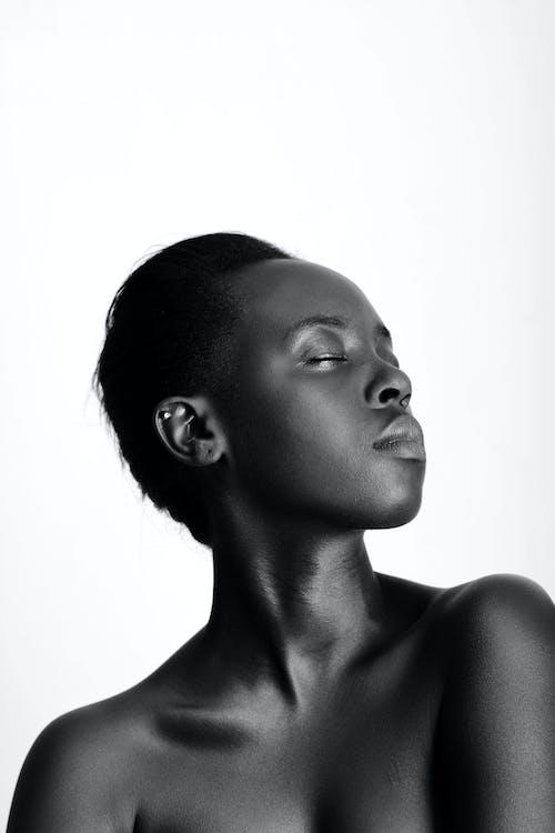 Foto d'estoc gratuïta de blanc i negre, color carn, de perfil, dona