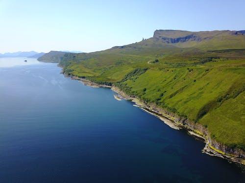Fotos de stock gratuitas de foto con dron, mar, montaña, viejo hombre de storr