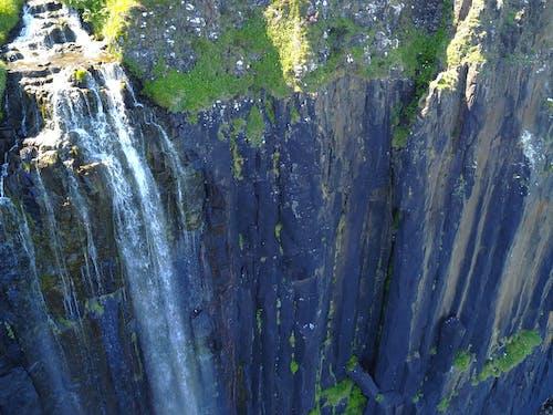 Fotos de stock gratuitas de cascada, foto con dron, roca de la falda
