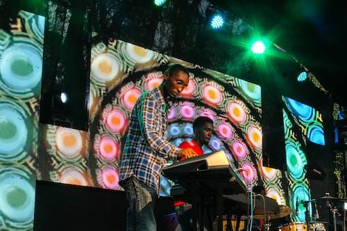 Безкоштовне стокове фото на тему «висячі ліхтарі, екран, жива музика»