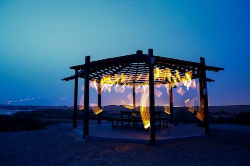 Foto profissional grátis de ao ar livre, cair da noite, coreto, mar
