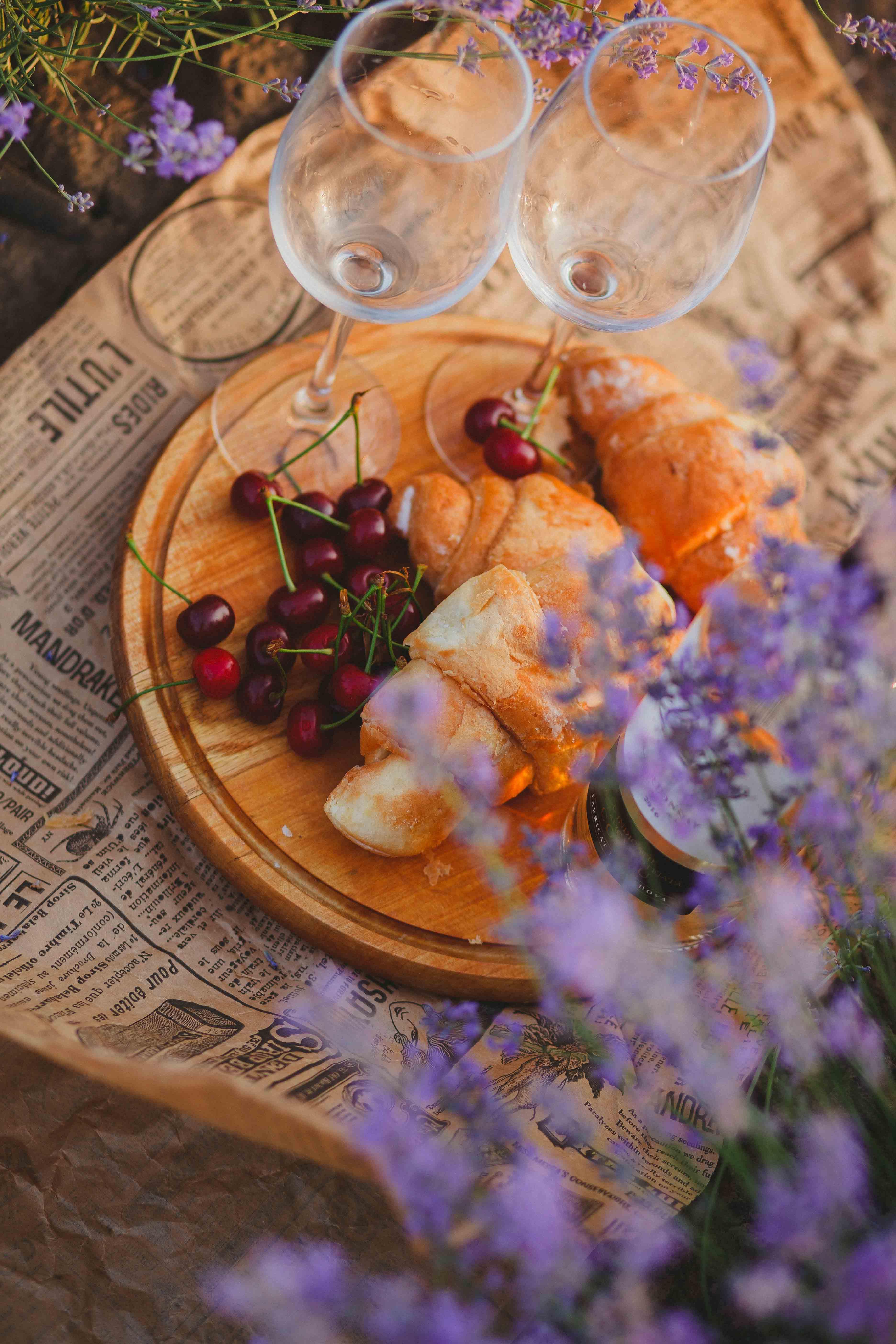Gratis lagerfoto af avis, blomster, brød, close-up