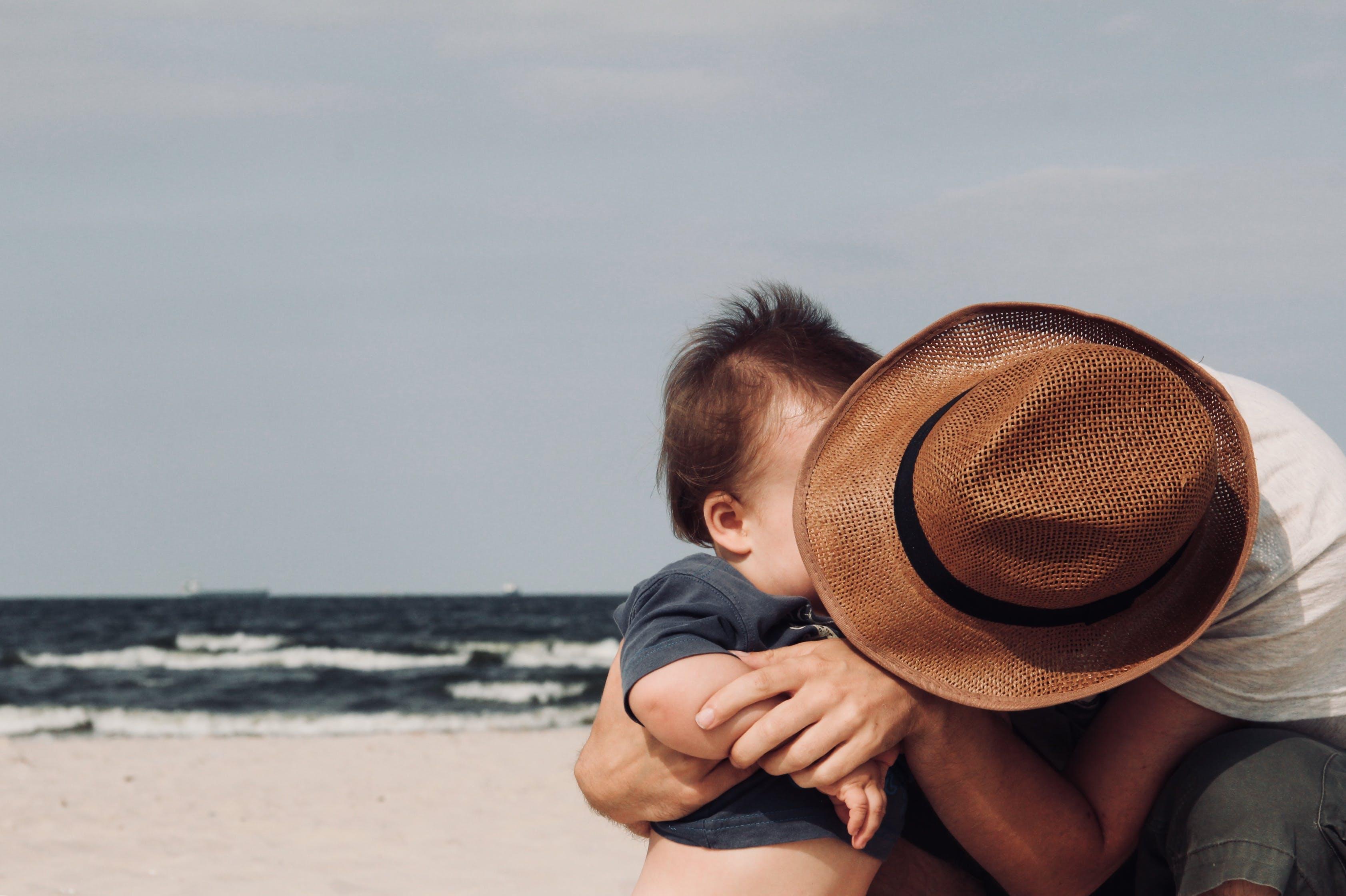 Immagine gratuita di abbracciando, abbraccio, acqua, amore