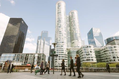 Personnes Marchant Près Des Immeubles De Grande Hauteur