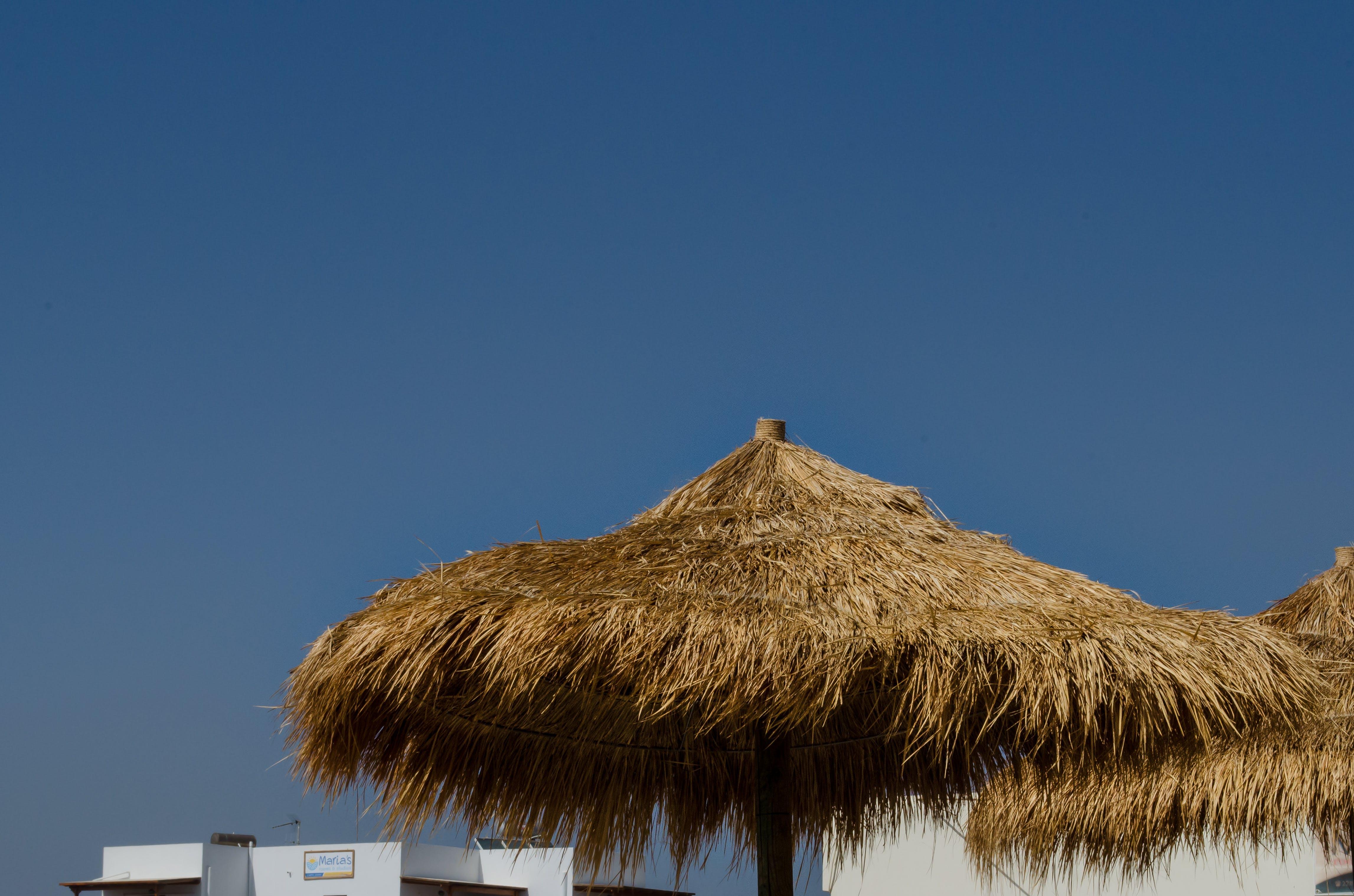 Foto profissional grátis de cabana do nipa, cabanas de praia, cênico, céu azul
