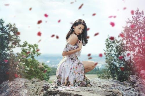 Foto profissional grátis de árvores, beleza, fêmea, flores