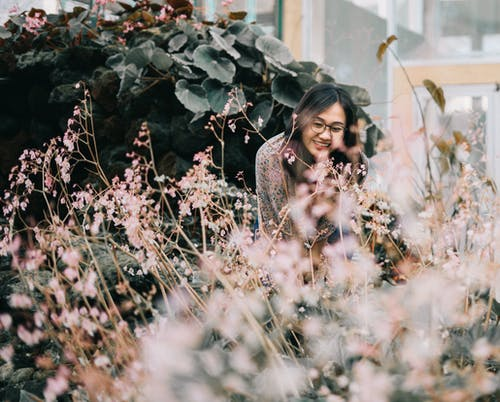 aşındırmak, asyalı kadın, bitki örtüsü, bulanıklık içeren Ücretsiz stok fotoğraf