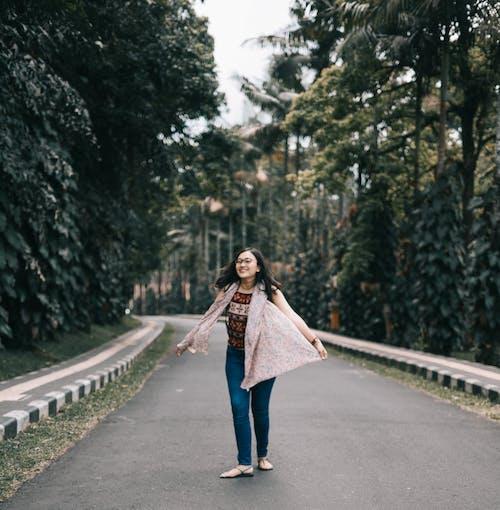 Бесплатное стоковое фото с азиатка, асфальт, девочка, деревья