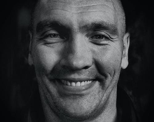 adam, erkek, gri tonlama, gülümsemek içeren Ücretsiz stok fotoğraf