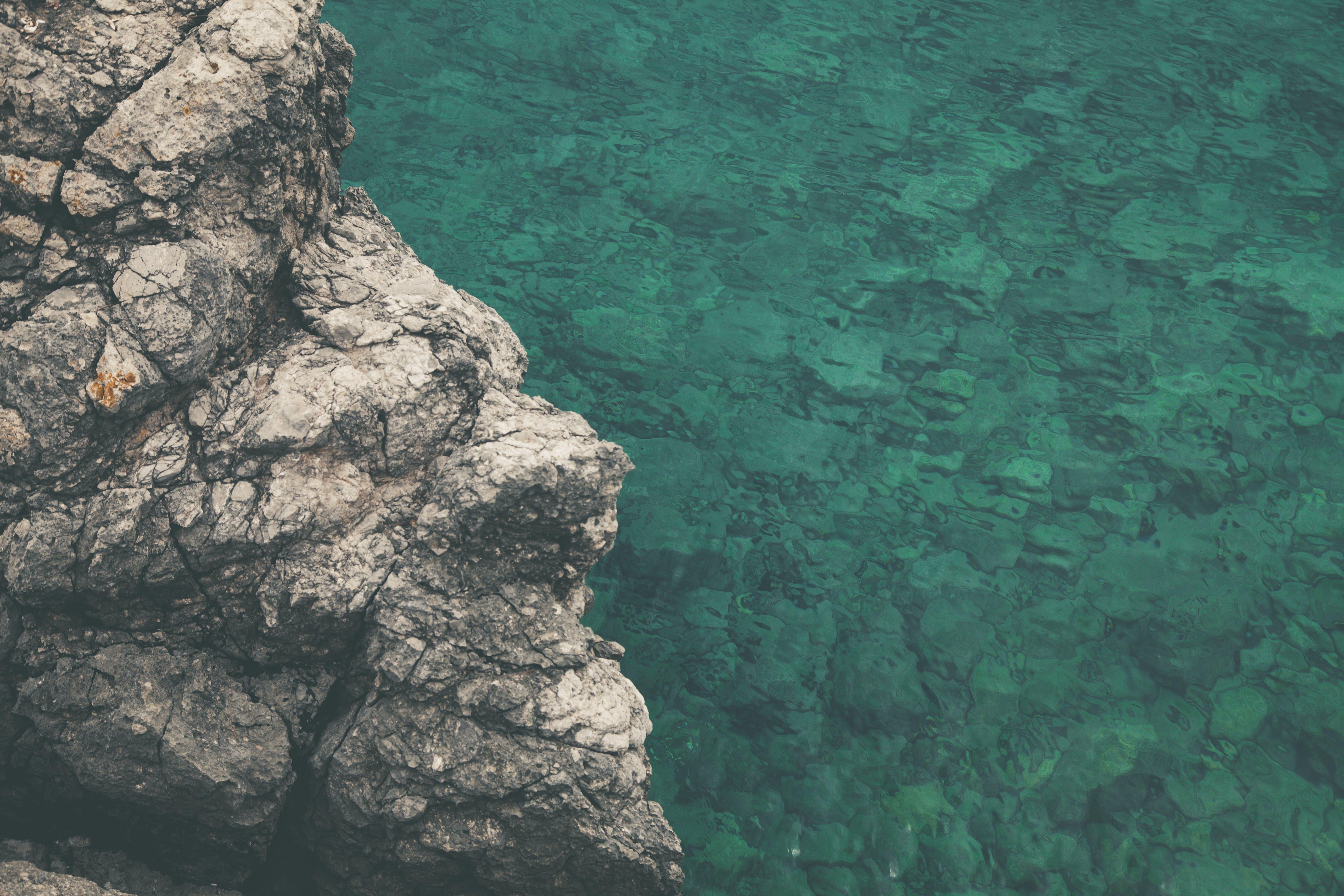 天性, 岩石, 岸邊