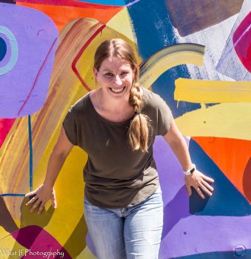 Darmowe zdjęcie z galerii z dziewczyna, sztuka, sztuka uliczna, uśmiech
