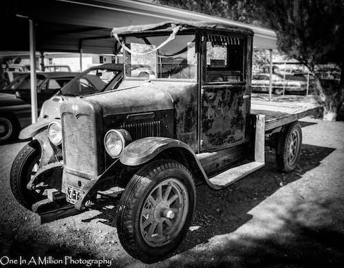 Darmowe zdjęcie z galerii z antyczny, czarno-biały, samochód