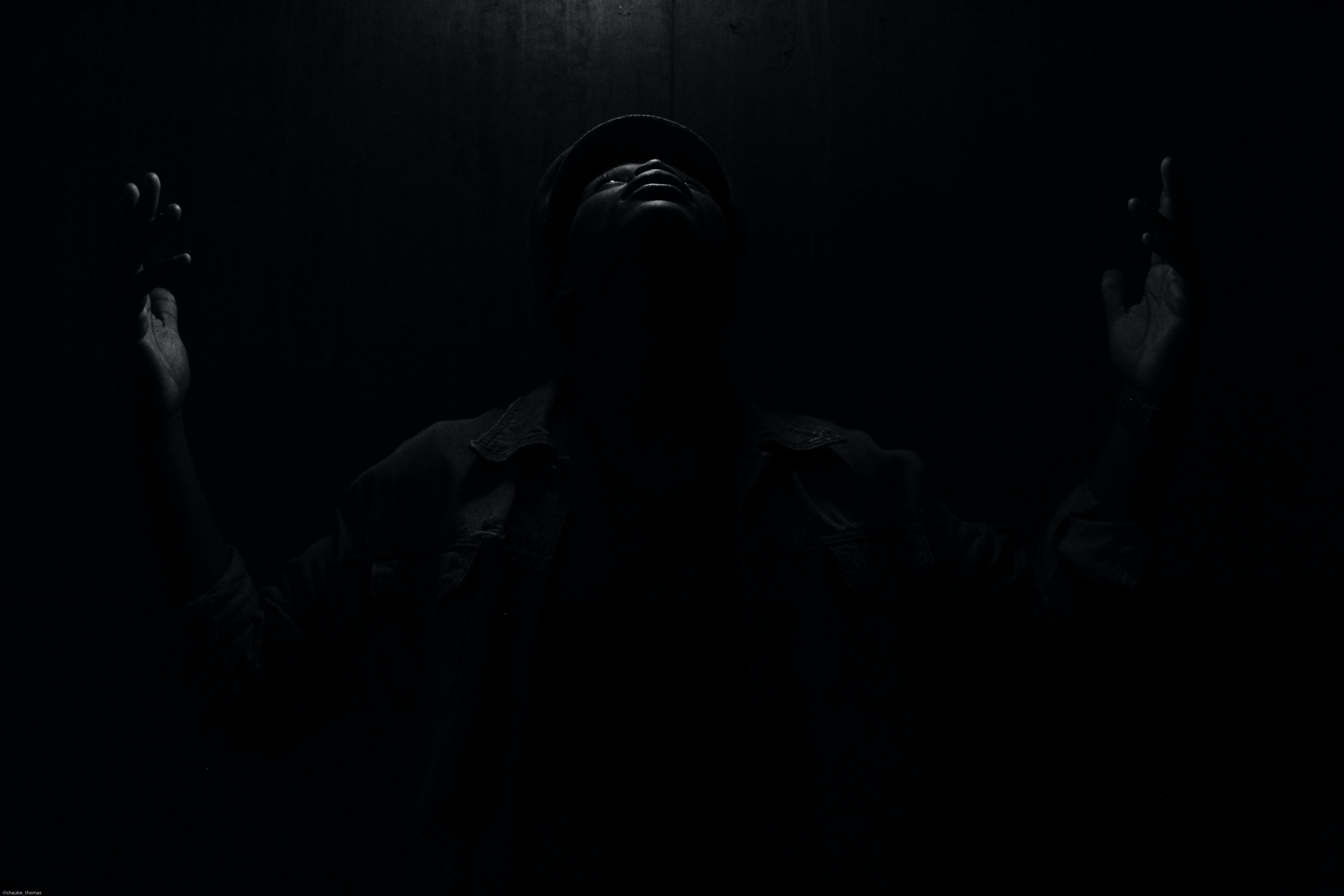 Foto d'estoc gratuïta de adoració, blanc i negre, llum i ombra, mans