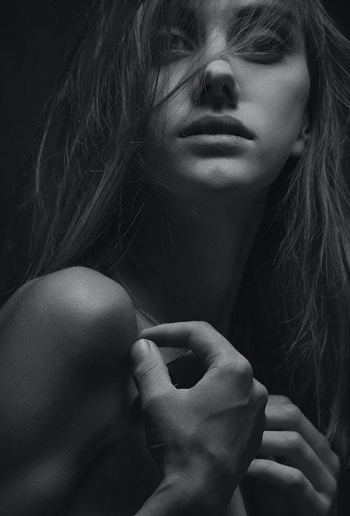 Základová fotografie zdarma na téma černobílá, dospělý, holka