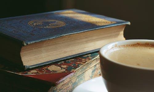 Бесплатное стоковое фото с горячий напиток, знания, капучино, книги
