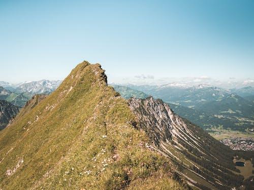 Darmowe zdjęcie z galerii z błękitne niebo, dolina, góra, góry