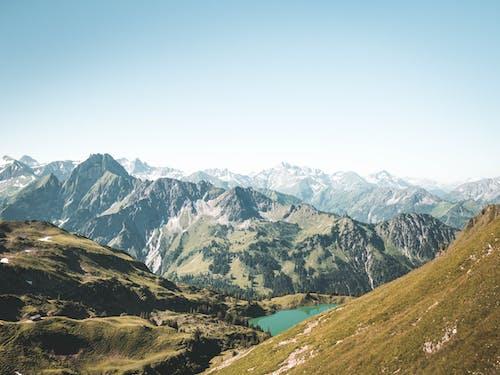 Безкоштовне стокове фото на тему «блакитне небо, високий, гори, Денне світло»