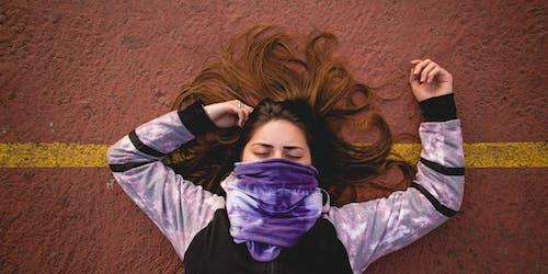 Ảnh lưu trữ miễn phí về con gái, khăn rằn, màu tím, sân