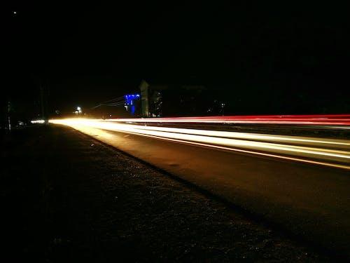 Foto stok gratis jalan, jalan kosong, kota malam, lampu mobil