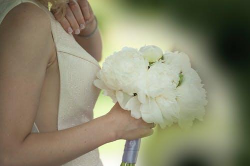 Wanita Memegang Buket Bunga Putih