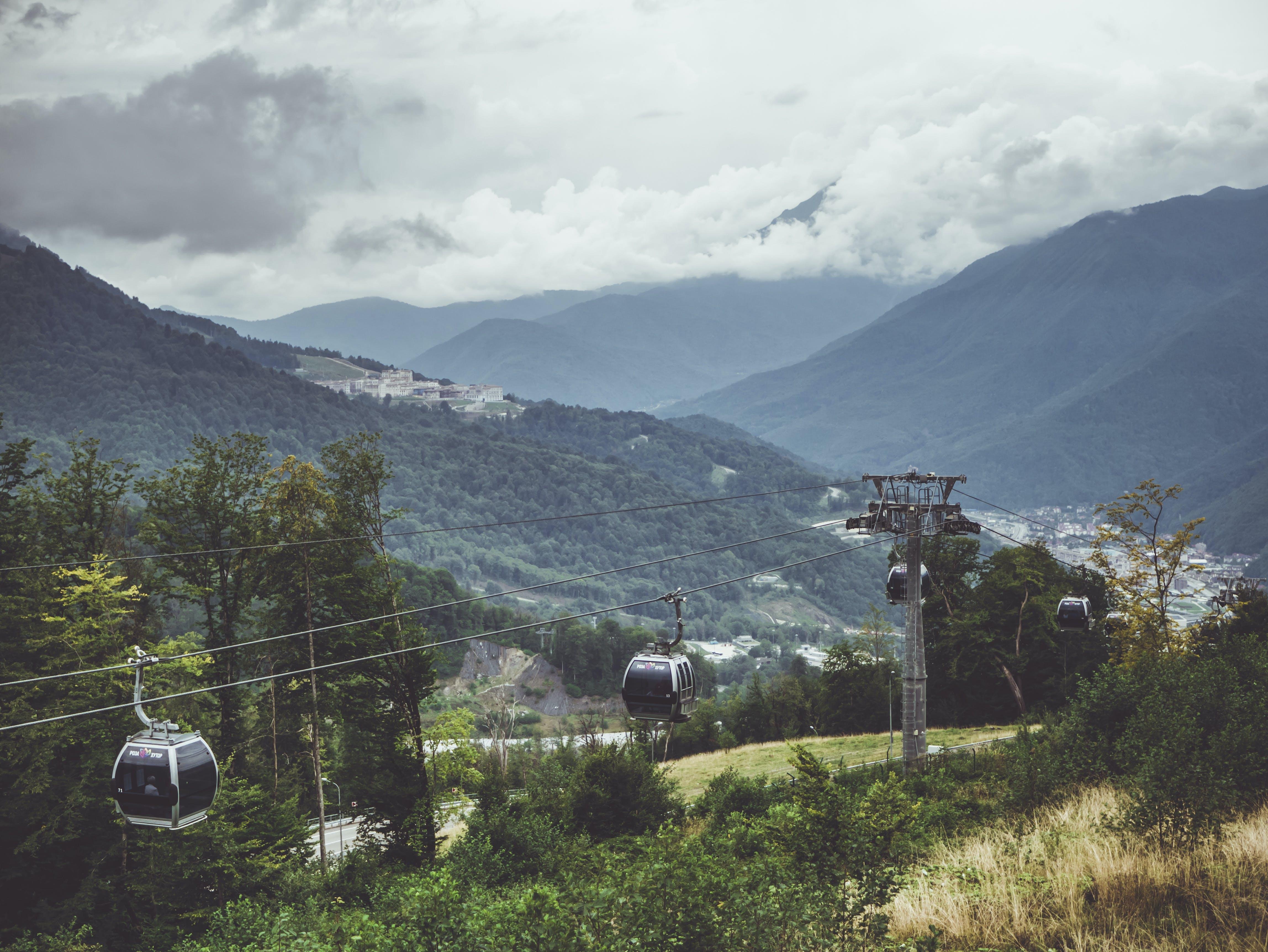 Gratis lagerfoto af bjerge, dagslys, græs, himmel