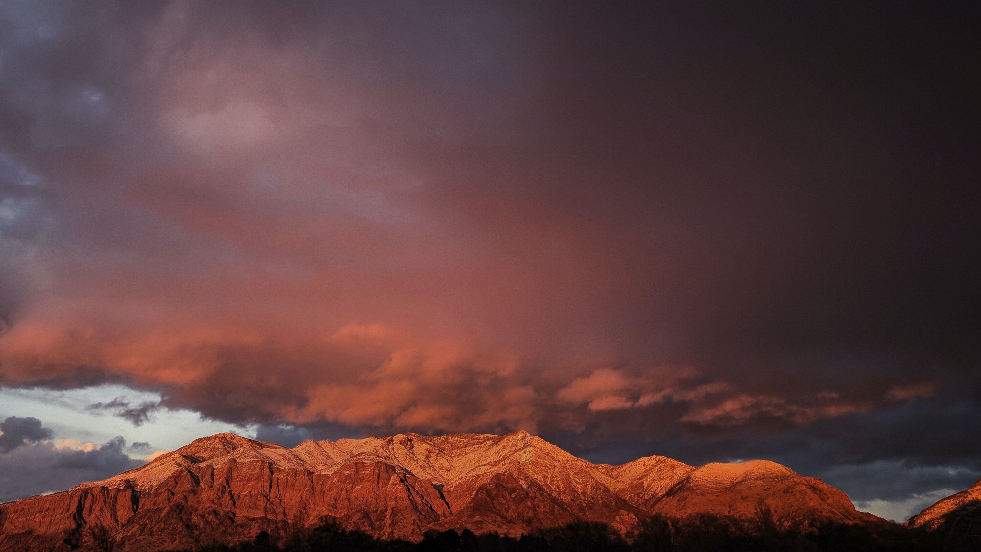 Foto d'estoc gratuïta de capvespre, cel, muntanyes, núvols