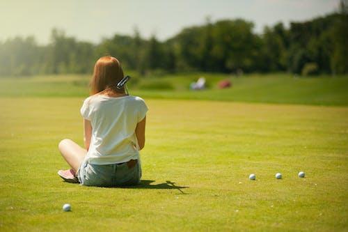 Základová fotografie zdarma na téma džínové kraťasy, golf, golfista, golfové hřiště